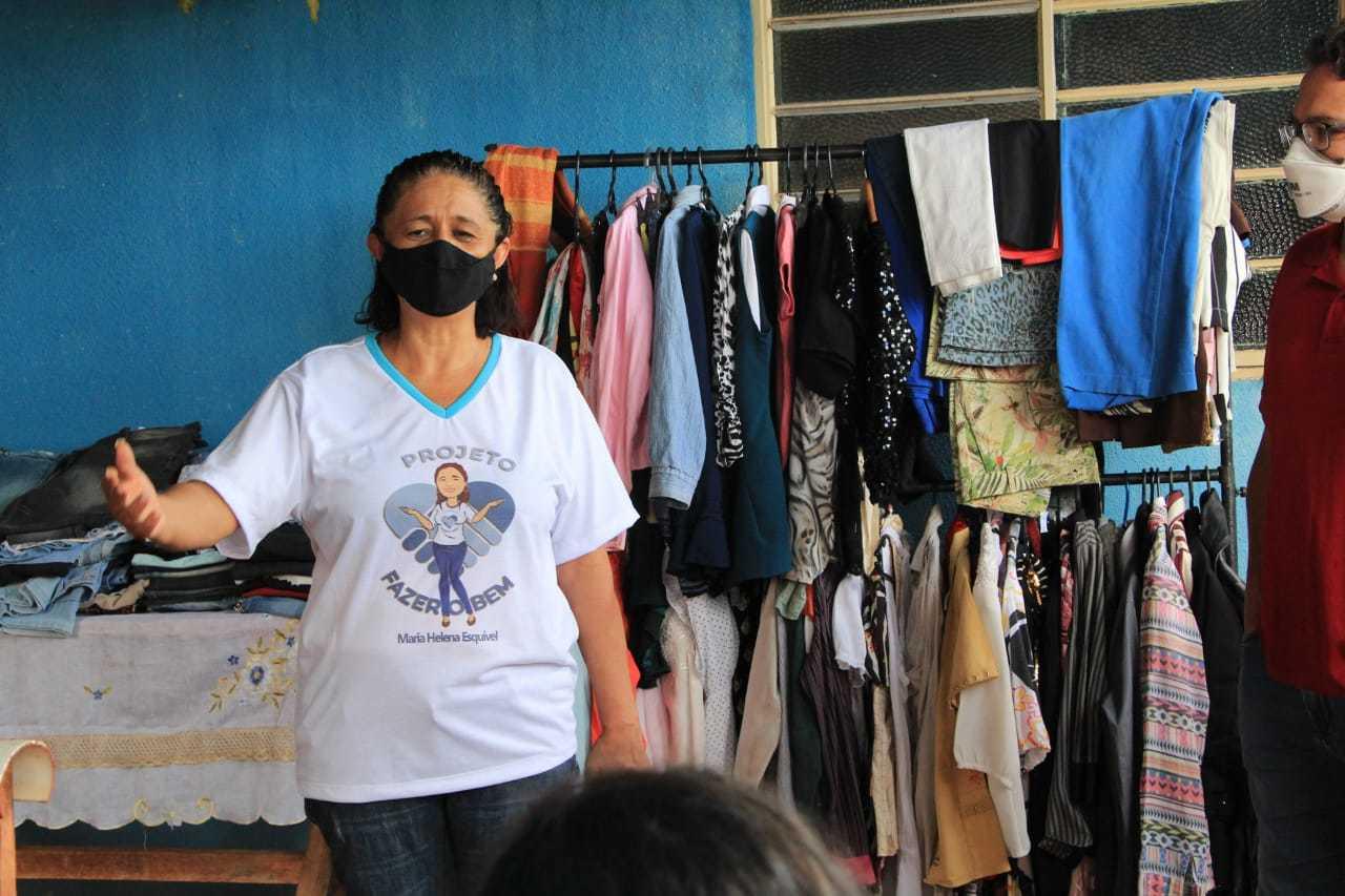 Maria Helena, organizadora do projeto Fazer o Bem que segue com doações de roupas e alimentos.  (Foto: Arquivo Pessoal)