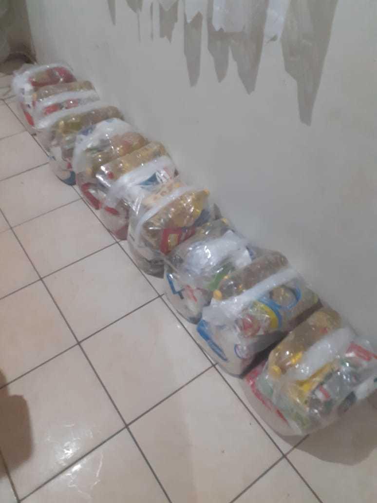 Alimentos separados em cestas básicas para por comida na mesa das famílias. (Foto: Arquivo Pessoal)