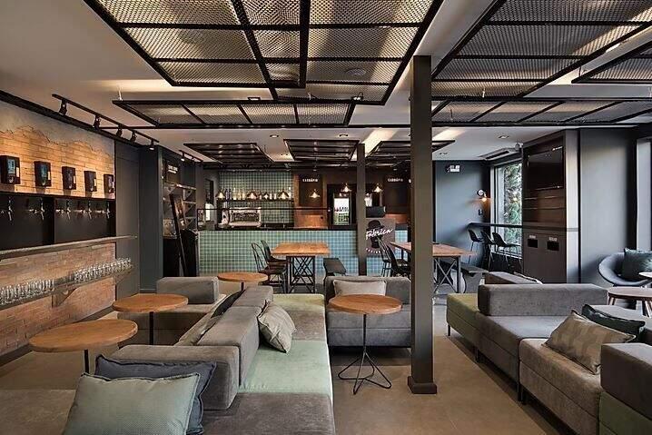 Decoração de um restaurante com grades metálicas no teto.
