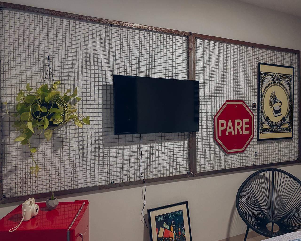 Empresária Lorrayne Rosa apostou na grade metálica para iniciar a decoração do quarto. (Foto: Lorrayne Rosa)