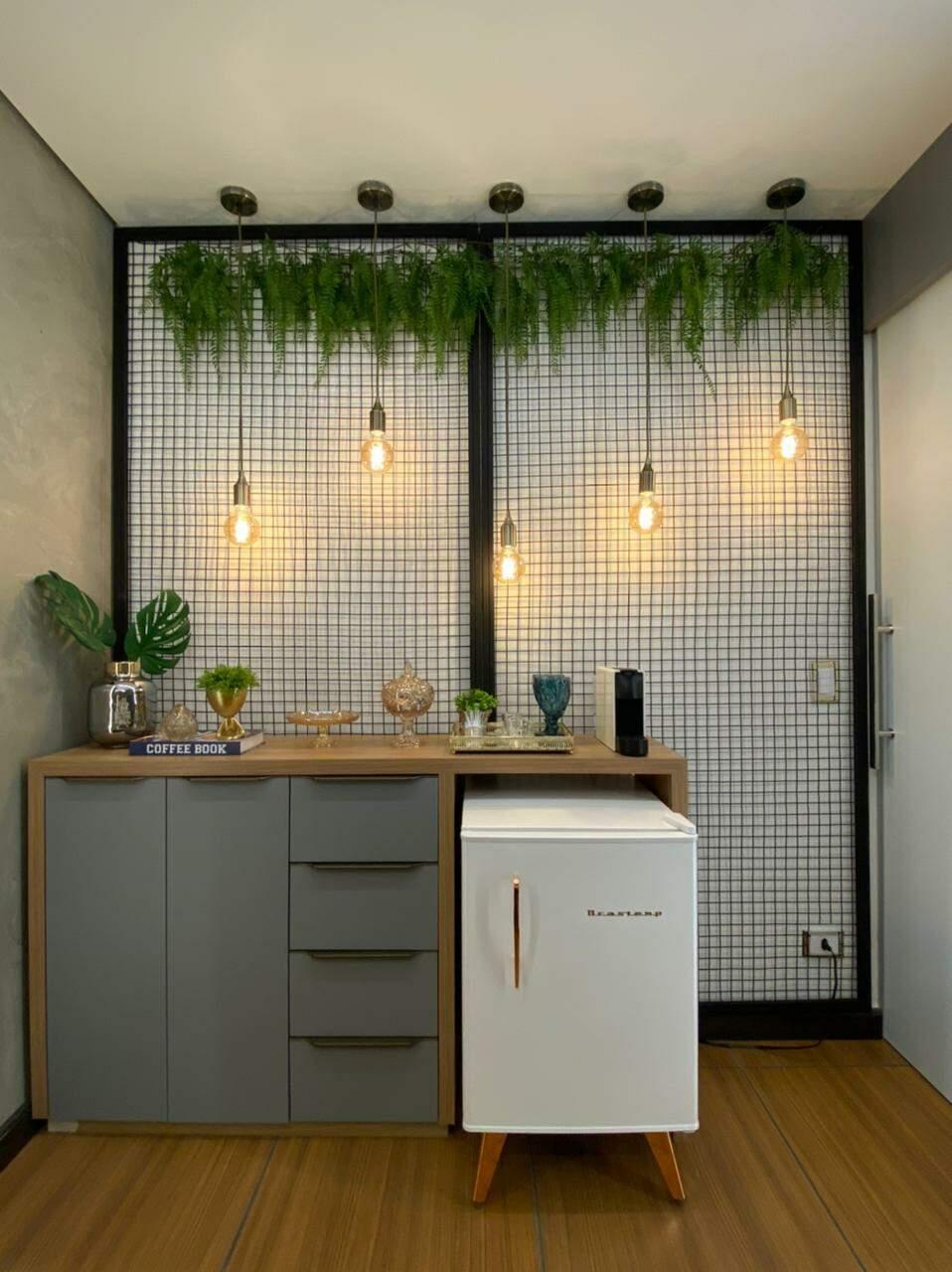 Em escritório de Campo Grande, arquiteta Jenyffer Santana optou pela grade para decorar cantinho do café.
