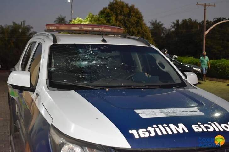 Viatua da PM também foi danificada pelo homem. (Foto: Maikon Leal)