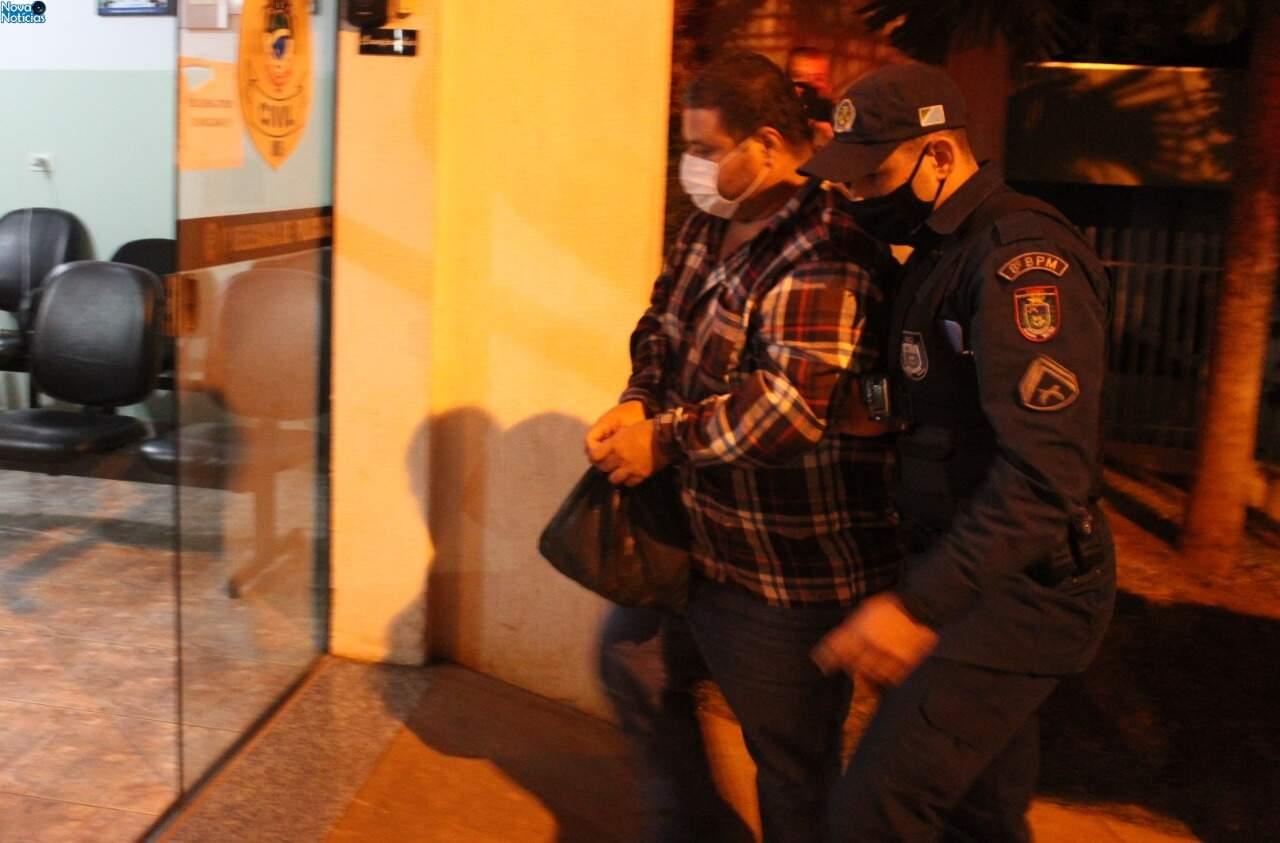 Alexandre sendo conduzido por policial militar. (Foto: Marcos Donzeli)