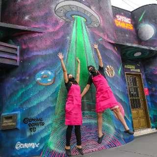 """Casal cria loja colorida para """"abduzir"""" cliente com donuts e alienígenas"""