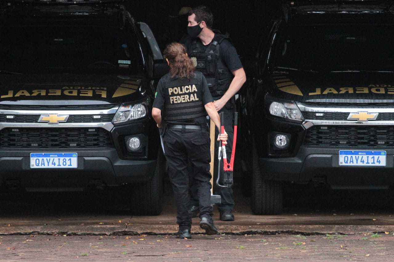 Policiais federais na sede da PF em Campo Grande após o cumprimento de mandados (Foto: Marcos Maluf)