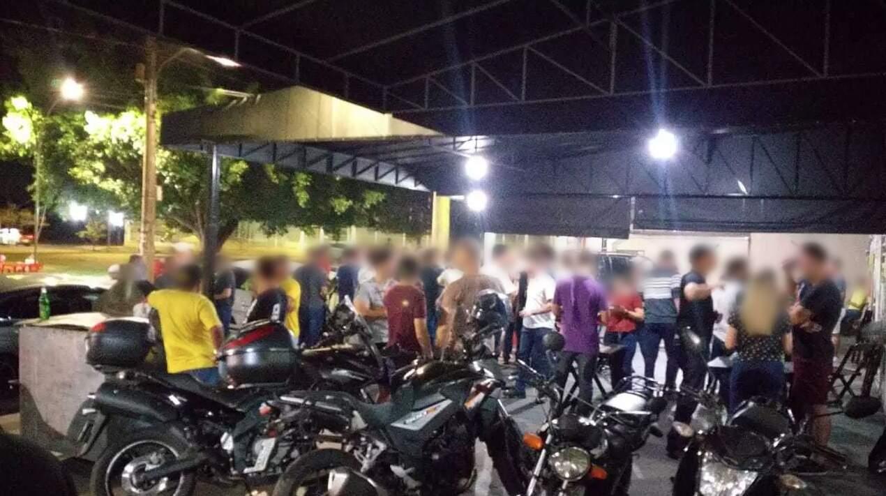 Aglomeração de pessoas na calçada do estabelecimento (Foto: Direto das Ruas)
