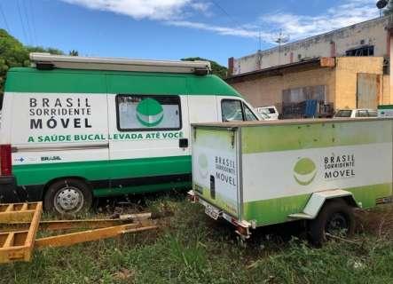 Unidades móveis enferrujam ao relento enquanto índios sofrem com dor de dente