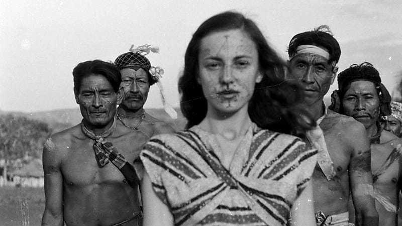 Berta Ribeiro com os Kadiwéus nos anos 1940; ela e o marido Darcy Ribeiro viveram com os indígenas e estudaram seus costumes (Foto: Fundação Darcy Ribeiro)