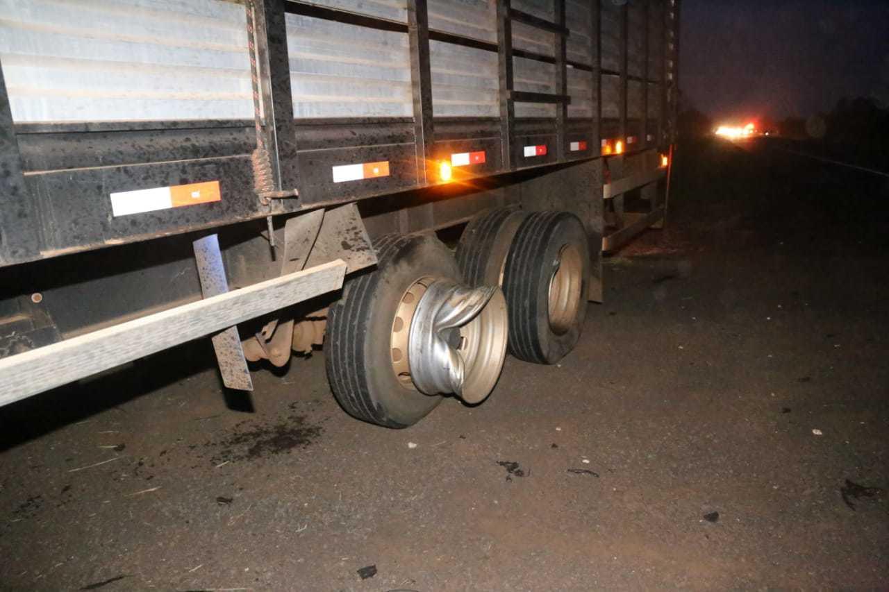 Uma das rodas do caminhão chegou a ser arrancada com a batida. (Foto: Paulo Francis)