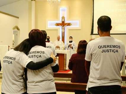 Em missa, familiares e amigos rezam e pedem justiça pela morte de Carlão