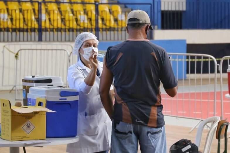 Homem recebe dose da vacina no Guanandizão, em Campo Grande. (Foto: Paulo Francis)
