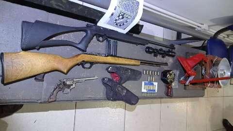 """""""Comerciante"""" de armas é preso com espingardas e munições"""