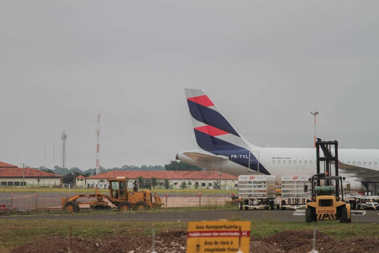 Aeronave encostada no pátio do aeroporto da Capital (Foto: Marcos Maluf)
