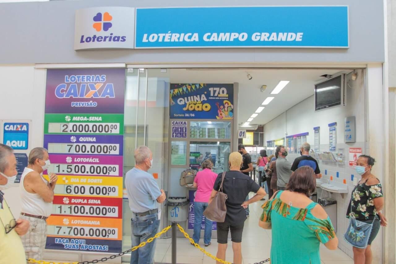 Na Lotérica Campo Grande você encontra uma variedade de bolões a partir de R$ 10,00 por cota. (Foto: Henrique Kawaminami)