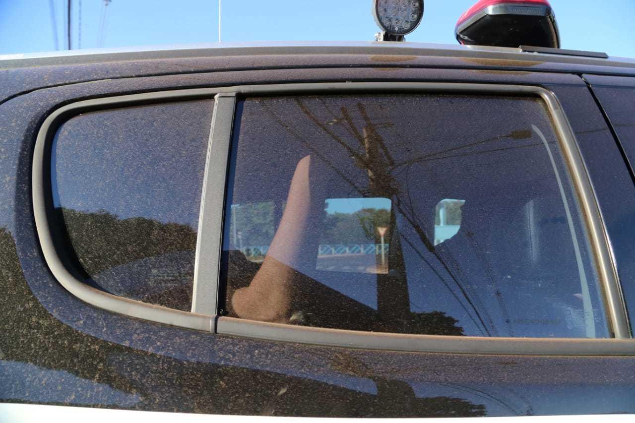Olarte, com o braço à vista, na parte traseira de viatura em que foi fazer exame de corpo de delito. (Foto: Kísie Ainoã)