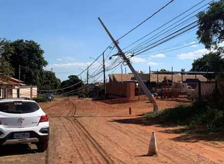 """Poste tomba na Vila Morumbi e queda de fiação """"expulsa"""" moradora"""