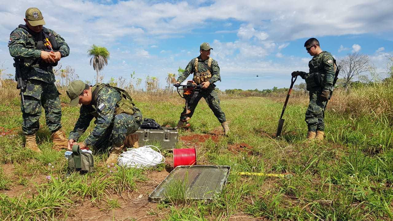 Agentes realizando destruição de pistas de pouso utilizadas pelo narcotráfico. (Foto: Divulgação/Senad)