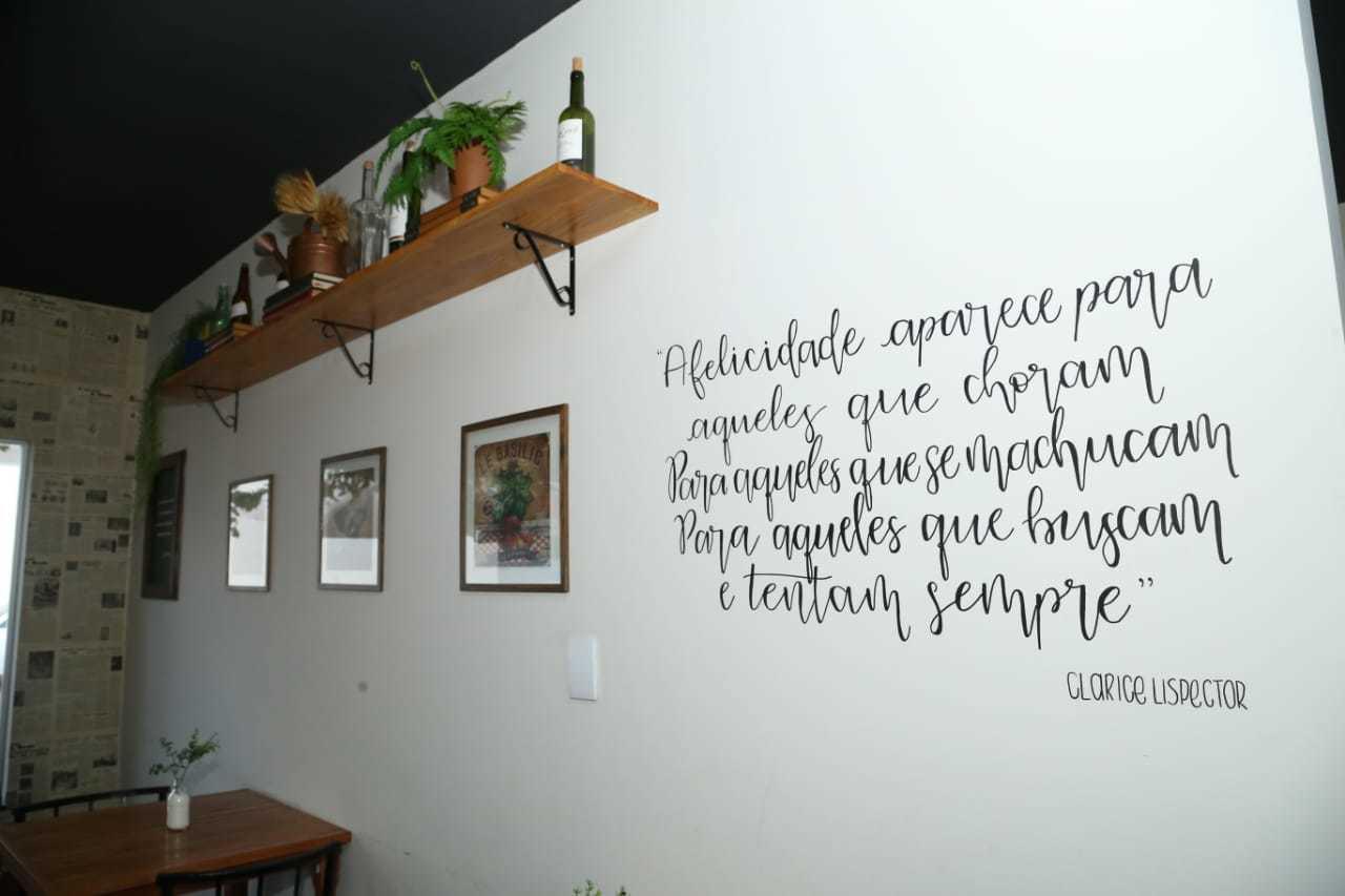 Citação de Clarice Lispector também decora o ambiente e integra inspiração da literatura brasileira. (Foto: Kísie Aionã)