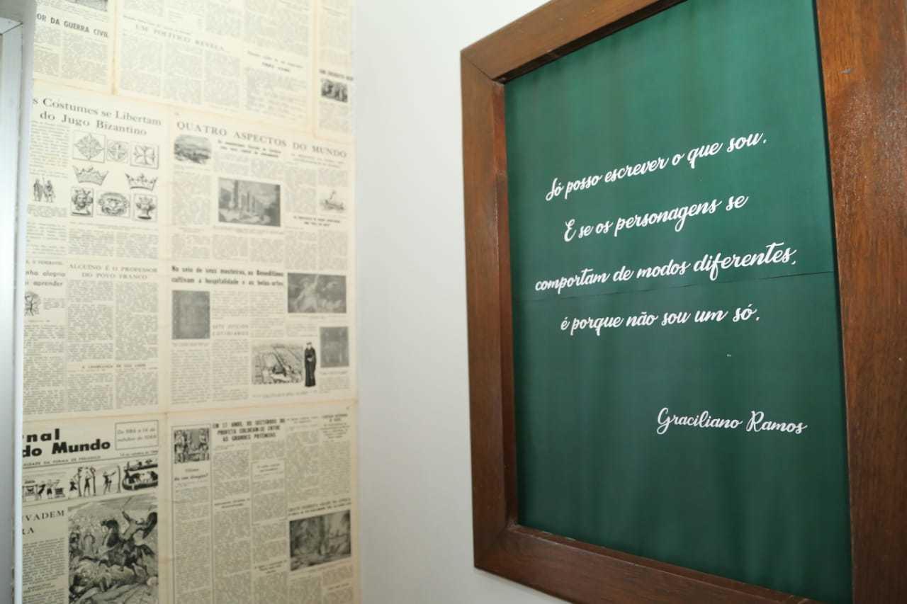 Por toda parte, frases de Graciliano Ramos decoram o restaurante. (Foto: Kísie Aionã)