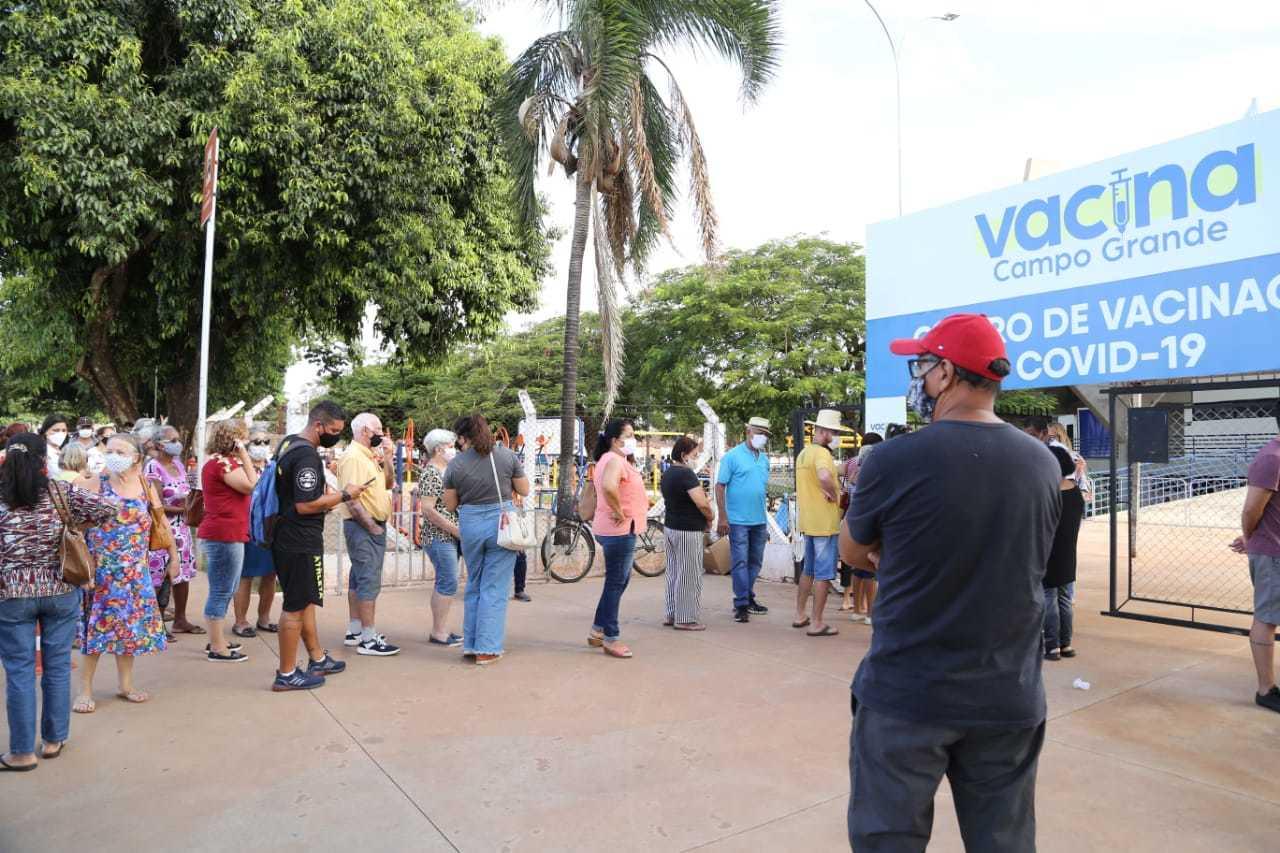População faz fila para tomar dose contra covid no Guanandizão (Foto: Kísie Ainoã)