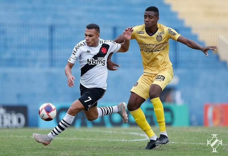 Jogador do Vasco tenta escapar da marcação do Madureira (Foto: Divulgação)