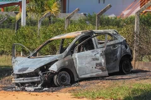 Carro encontrado em rua destruído por fogo intriga moradores