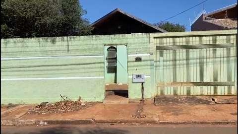 Usuários de drogas levam até portão de casa e local vira terror do bairro