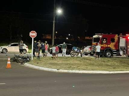 Acidente em frente a condomínio de luxo deixa motociclista ferido