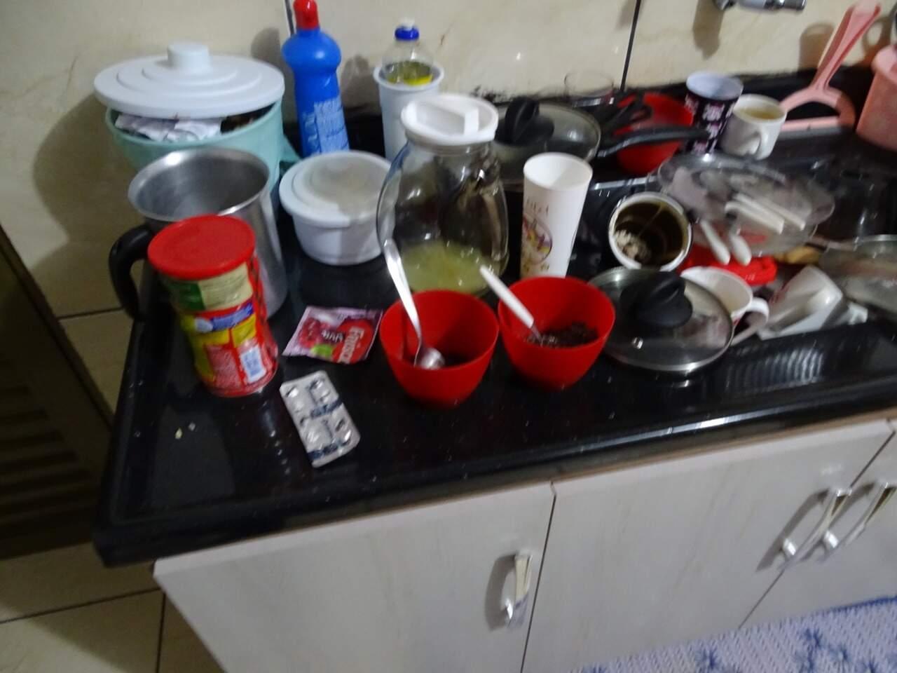 Vasilhas com alimentos e até jarra com resto de suco foram encontrados em cima da pia da casa. (Foto: Divulgação/PC)