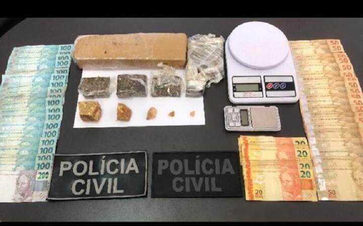 Dinheiro, drogas e balança apreendidas na operação. (Foto: Polícia Civil)