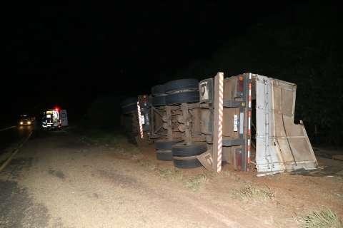 Caminhão tomba e espalha soja pela rodovia na entrada de Campo Grande