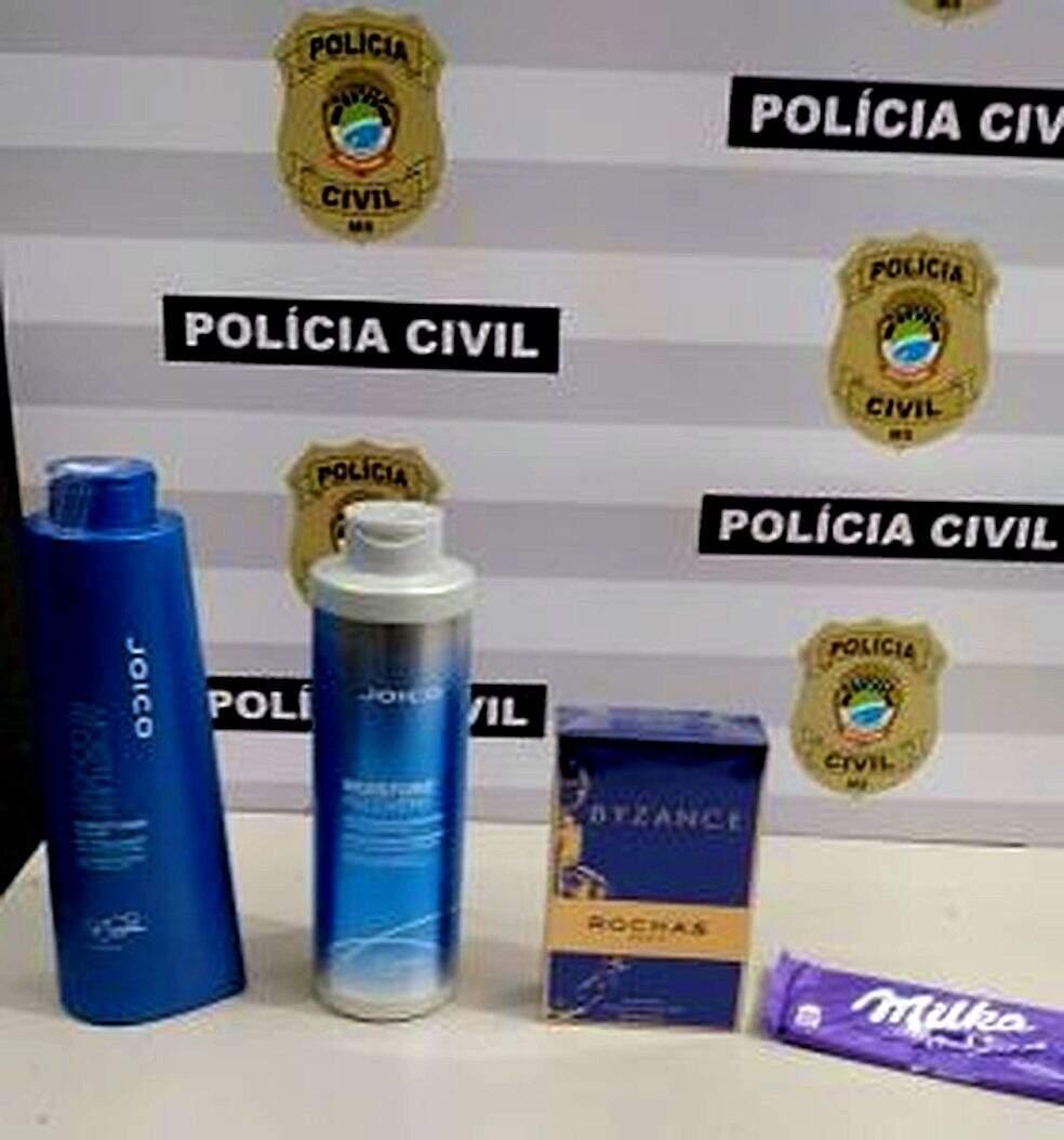 Os frascos de shampoo, condicionador e uma caixa de perfume foram apreendidos. (Foto: Divulgação/PCMS)