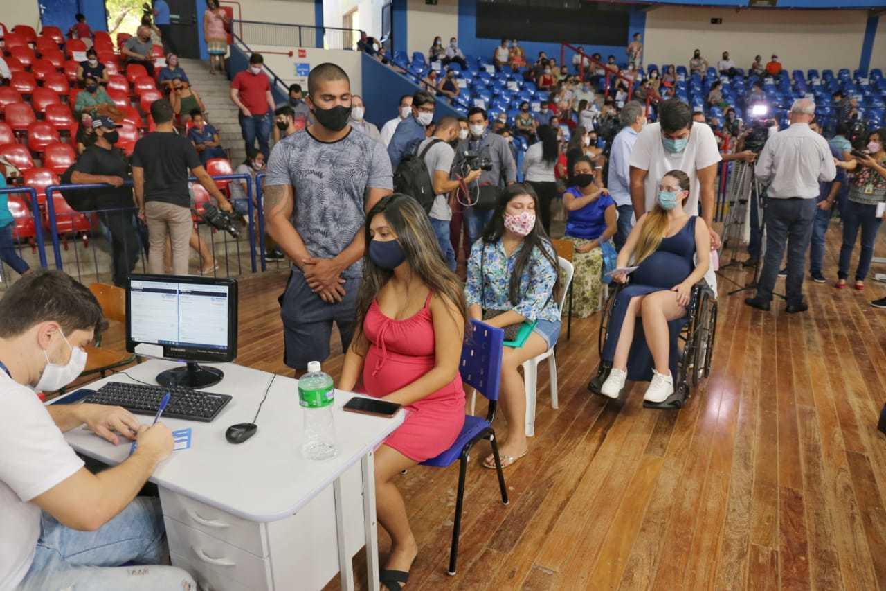 Mulheres aguardam atendimento em posto montado no Guanandizão (Foto: Paulo Francis)