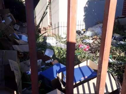 Casa é invadida por moradores de rua e vira depósito de lixo no Buriti