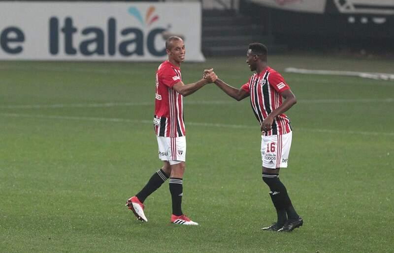 Zagueiros Miranda e Leo se cumprimentam em jogo do Paulistão (Foto: Rubens Chiri/São Paulo)