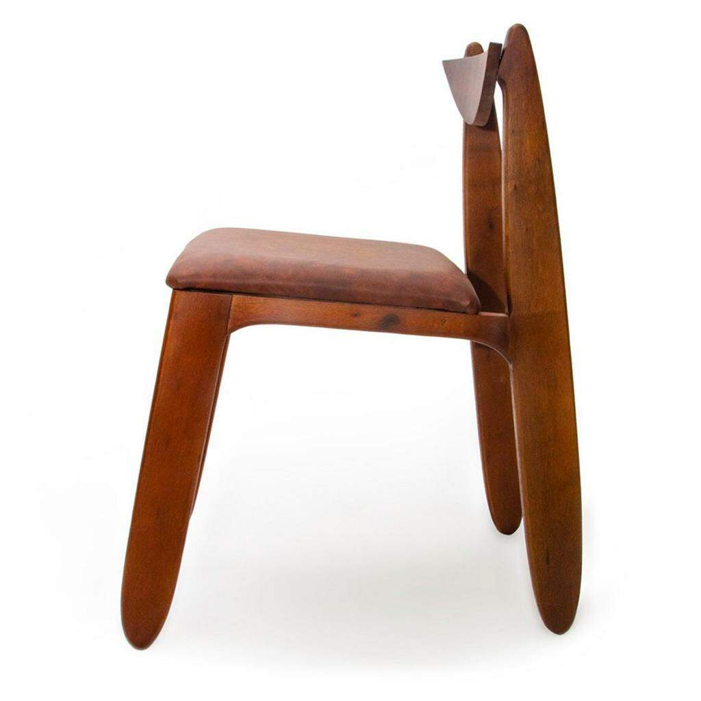 Na cadeira, Henrique buscou captar detalhes da forma sinuosa da ave.
