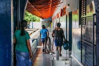 Sevidores limpam escola municipal Escola Municipal Tomaz Ghirardelli, no Parque Lageado, em Campo Grande, durante a pandemia (Foto: Arquivo)