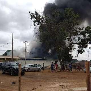 Incêndio atinge depósito de reciclagens vizinho a favela no Jardim Bálsamo