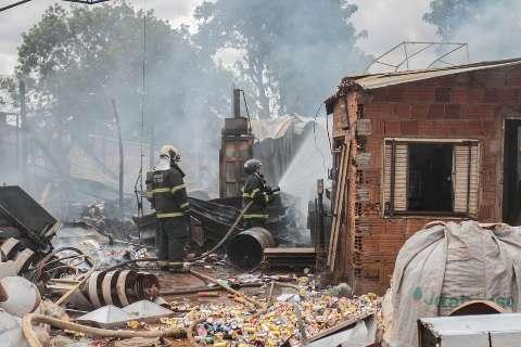 Bombeiros controlam incêndio e dona de depósito estima prejuízo de R$ 50 mil