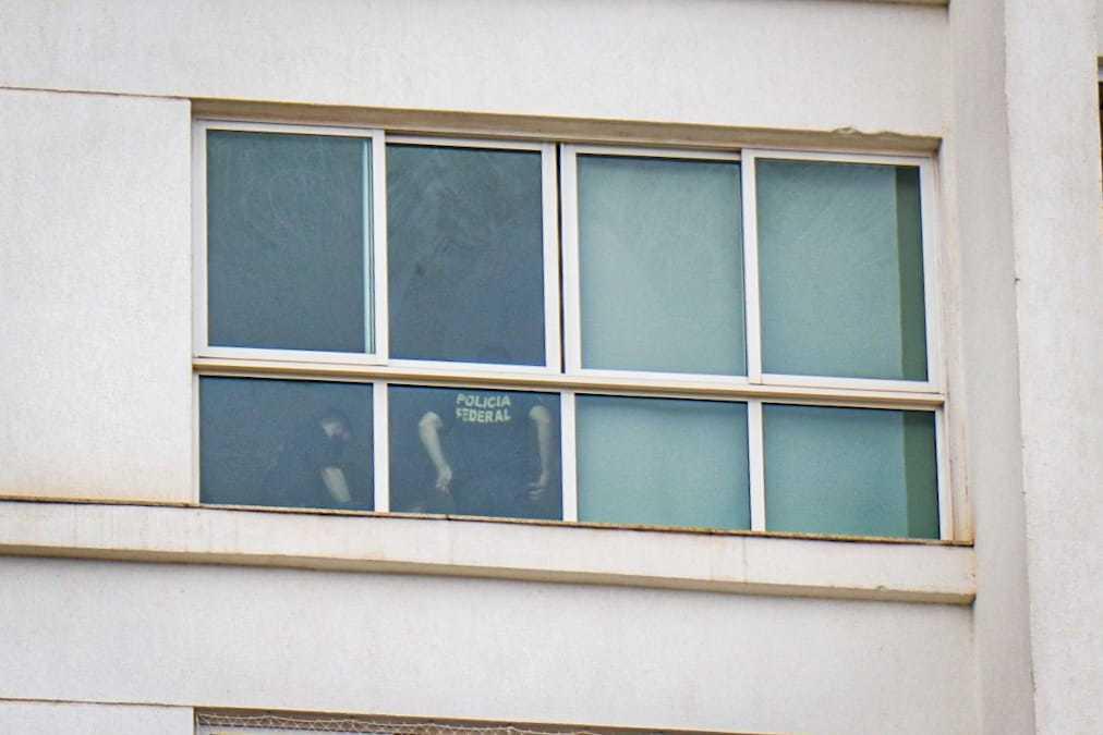 Policiais federais foram a edifício em Campo Grande. (Foto: Henrique Kawaminami)