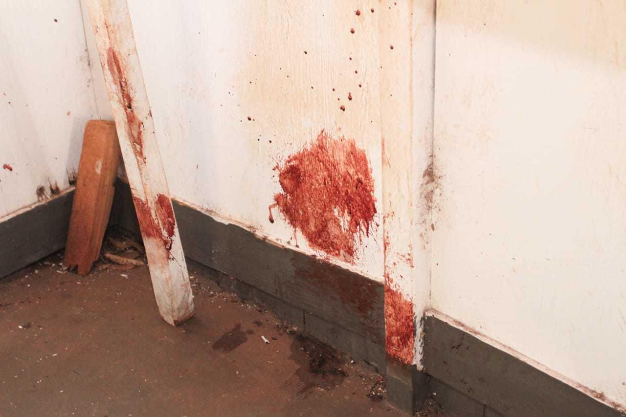 Sangue pelas paredes no interior de uma dos imóveis da Cidade de Natal.