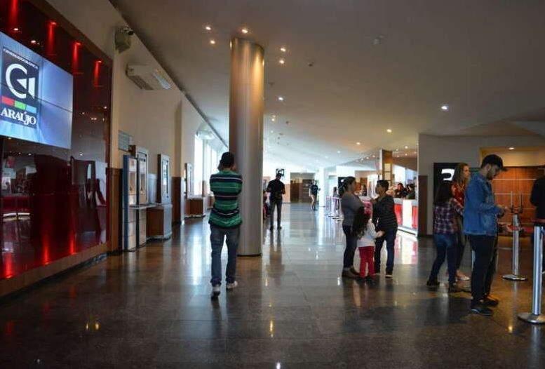Movimentação de clientes no cinema de Dourados. (Foto: Reprodução/DouradosNews)