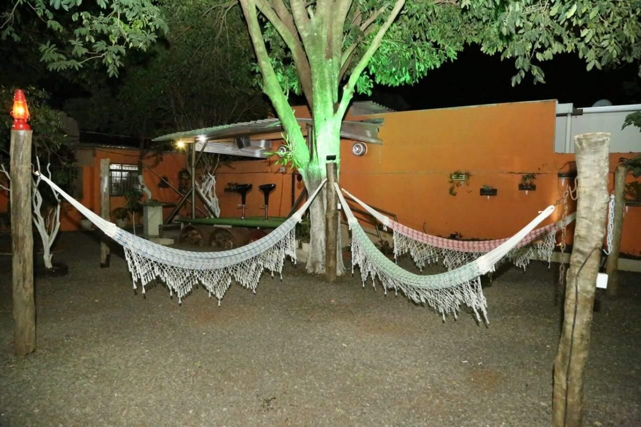 Redes supensas no quintal do GastrôBar (Foto: Kísie Ainoã)