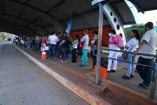 Utilizando máscara, obrigatória, moradores de Campo Grande formam fila em terminal de ônibus (Foto: Kísie Ainoã/Arquivo)