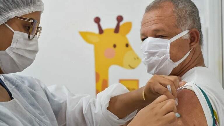 Idoso recebe vacina contra a gripe em unidade de saúde da Capital (Foto: PMCG)
