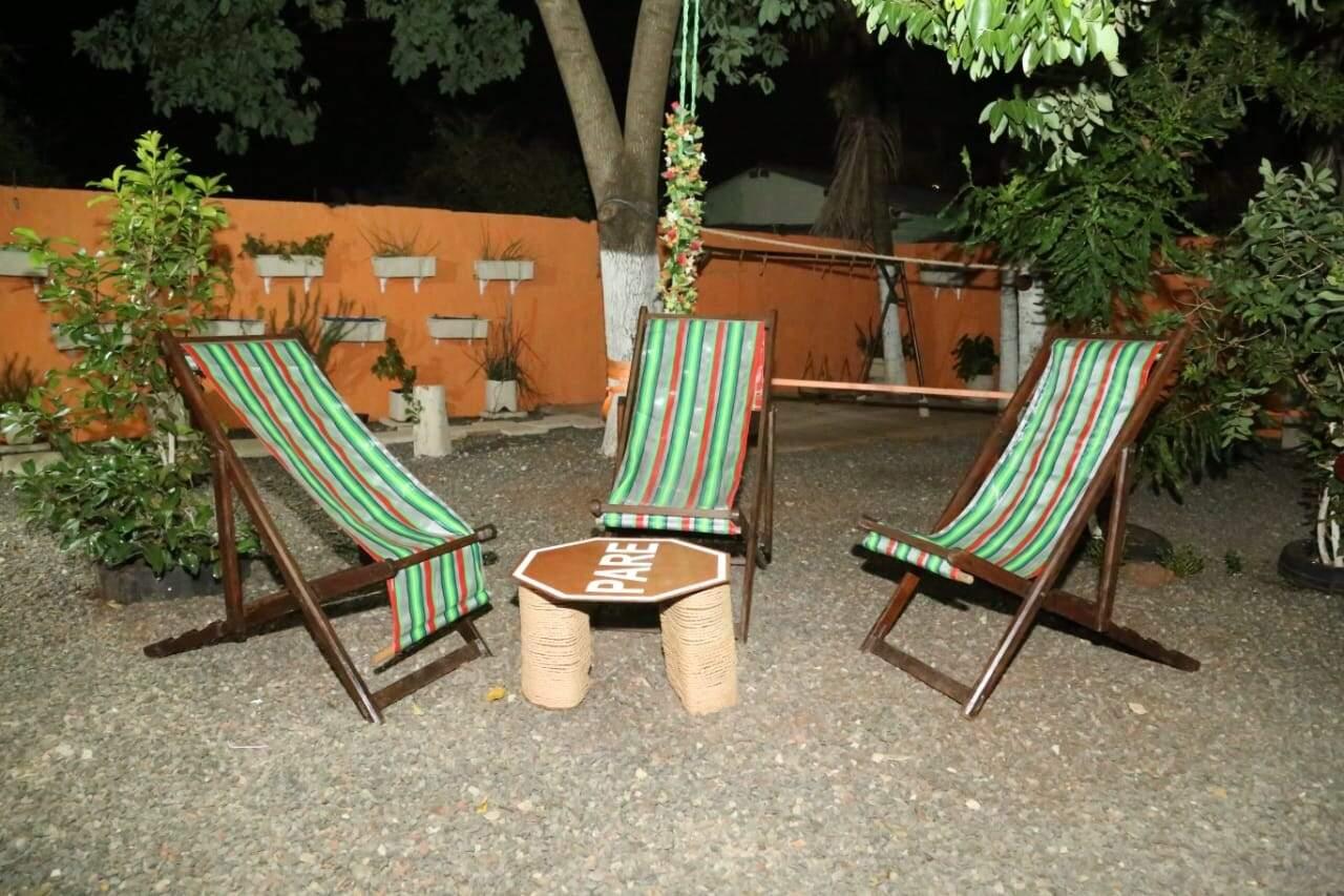 Cadeiras de praia foram espalhadas pelo quintal (Foto: Kísie Ainoã)