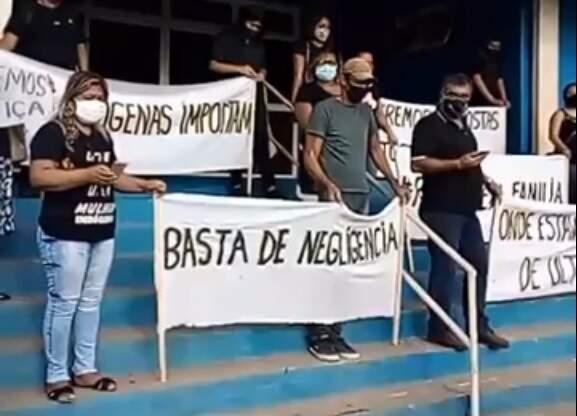 Protesto pacífico nesta tarde em frente ao hospital em Aquidauana. (Foto: Reprodução Facebook)