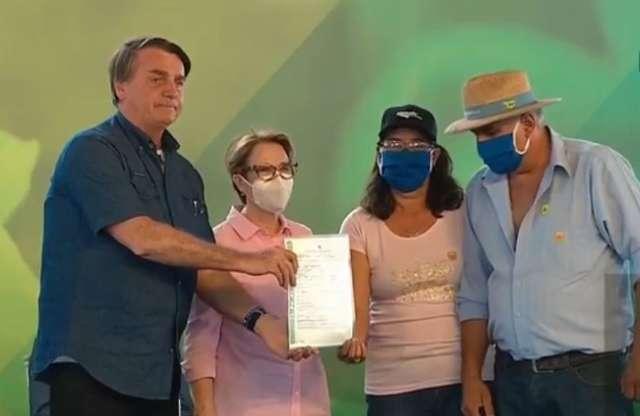 """""""A terra é de vocês"""", diz ministra na entrega de 1.128 títulos em assentamento"""