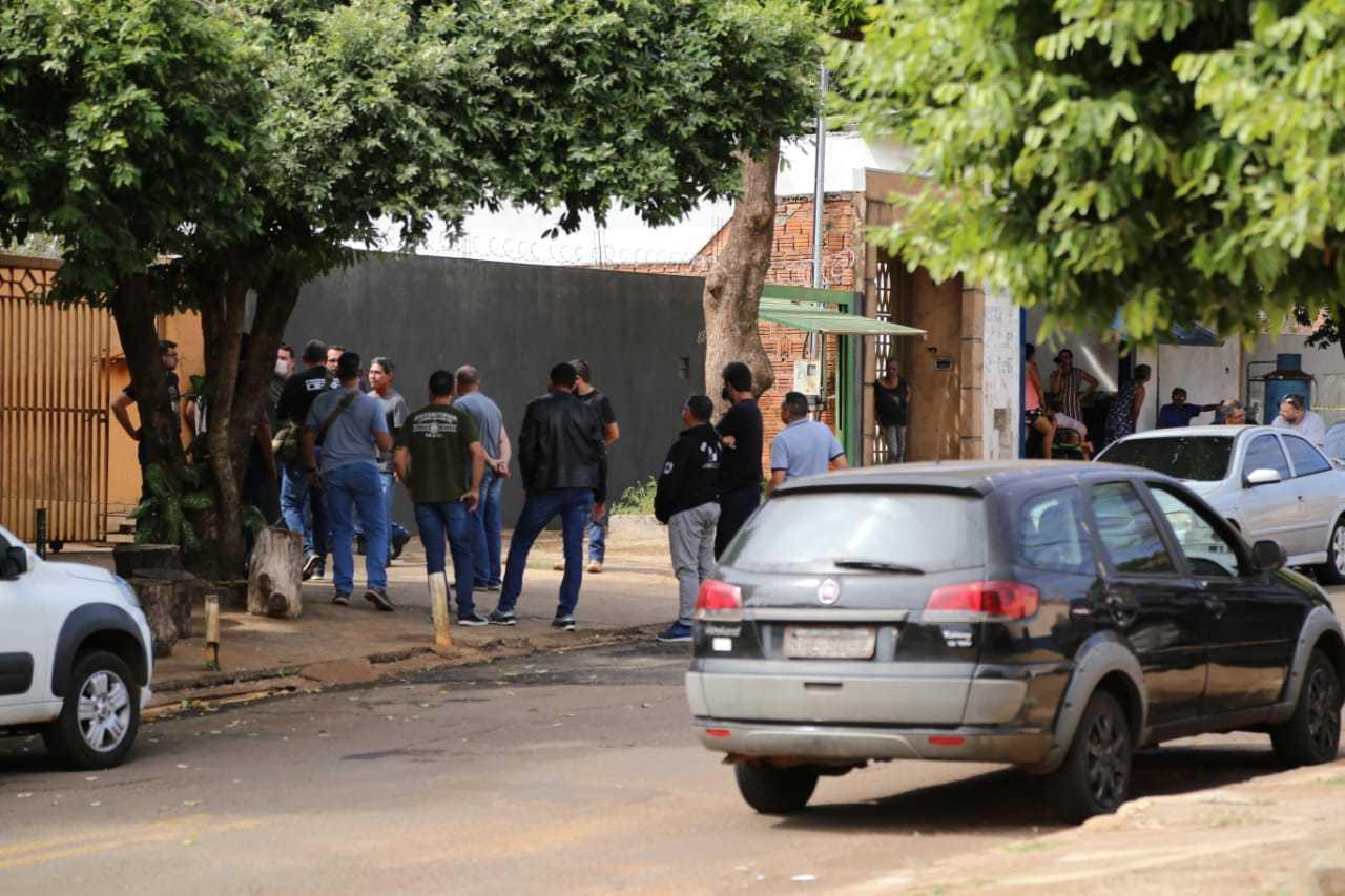 Polícia no Bairro Ouro Branco, após morte em confronto.
