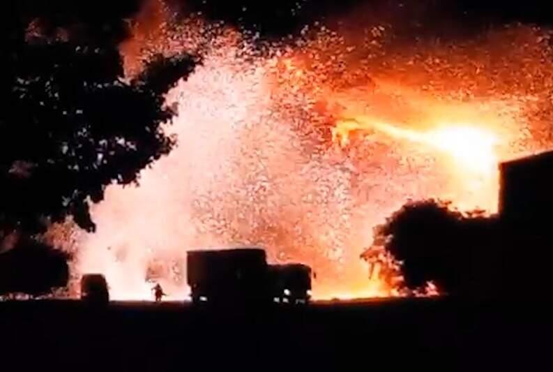 Caminhão pegou fogo no acostamento da rodovia (Foto: Direto das Ruas)